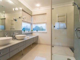 spacious-white-bathroom-GLASS